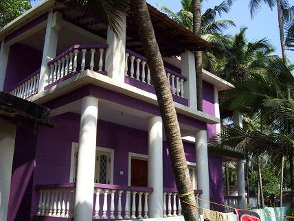 Hotels near anjuna beach in goa with photos and prices for Guest house in goa with swimming pool